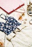 时尚夏天被设置的女孩衣裳,辅助部件 夏天成套装备 时髦时尚太阳镜花 夏天精华夫人 创造性的De 免版税库存照片