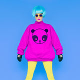 时尚夫人爱熊猫 滑稽的照片 一顶明亮的假发的女孩在a 免版税图库摄影