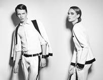 时尚夫妇在白色随员 图库摄影