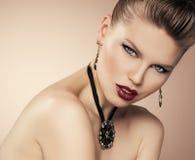 时尚女孩佩带的jewelery 图库摄影
