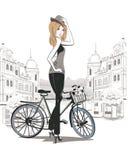 年轻时尚女孩剪影有自行车的 免版税库存照片