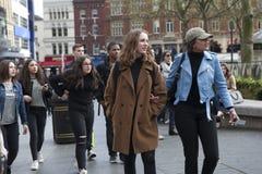 时尚女孩在购物去 免版税库存照片
