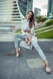 年轻时尚女性模型在城市 库存照片
