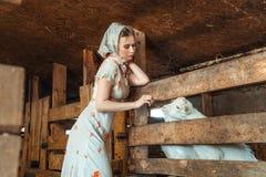 时尚妇女在谷仓,农场的 免版税库存照片