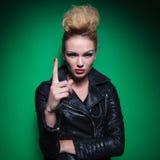 年轻时尚妇女指向她的手指  免版税库存图片