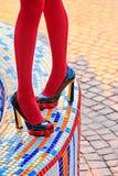 时尚妇女的性感的腿,脚跟 生动的几何,人们 免版税库存图片