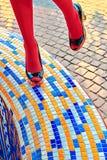 时尚妇女的性感的腿,脚跟 生动的几何,人们 免版税库存照片