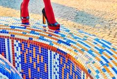 时尚妇女的性感的腿,脚跟 生动的几何,人们 免版税图库摄影