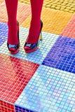 时尚妇女的性感的腿,脚跟 生动的多彩多姿的几何 免版税库存照片