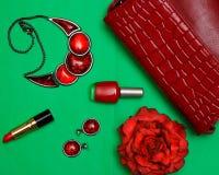 时尚妇女设置了在一张绿色背景舱内甲板被放置的顶视图的红色辅助部件 库存照片
