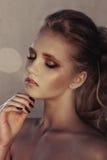 年轻时尚妇女面孔魅力画象与金黄明亮的晚上补偿党和被晒黑的皮肤 温暖定调子 reuben 图库摄影