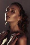 年轻时尚妇女面孔魅力画象与金黄明亮的晚上补偿党和被晒黑的皮肤 温暖定调子 reuben 库存图片