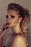 年轻时尚妇女面孔魅力画象与金黄明亮的晚上补偿党和被晒黑的皮肤 温暖定调子 reuben 免版税库存照片