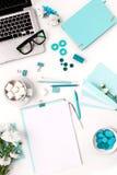 时尚妇女,在白色的蓝色对象静物画  免版税库存照片