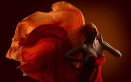 时尚妇女织品面孔,挥动在风的舞蹈丝绸布料 免版税库存照片