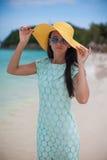 年轻时尚妇女画象帽子和礼服的 库存图片