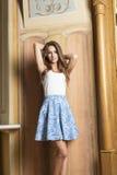时尚姿势的典雅的女孩 免版税库存照片