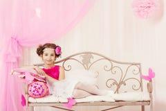 时尚孩子,小女孩画象,摆在桃红色礼服的孩子 免版税图库摄影