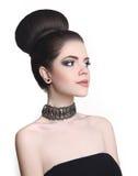时尚小圆面包发型 秀丽化妆师 有吸引力的青少年的brune 免版税库存图片