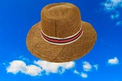 时尚帽子和蓝色skั 免版税库存照片