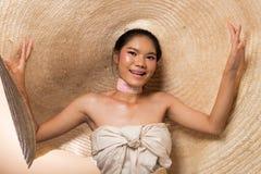 时尚年轻亚洲妇女黑色头发大帽子 库存图片