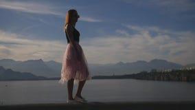 时尚年轻女人生活方式画象薄纱裙子的 股票视频