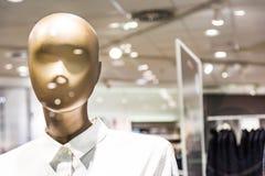 时尚时装模特塑料形式模型给衬衣Sto的按钮穿衣 免版税图库摄影