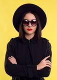 时尚时髦的夫人In Sunglasses 免版税库存图片