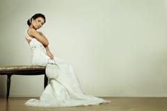 时尚晚礼服的魅力新娘 免版税图库摄影