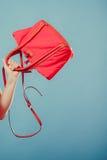 时尚有红色提包的妇女手特写镜头  免版税库存照片