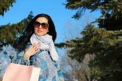 时尚有购物袋的冬天妇女 免版税库存照片