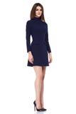 时尚样式妇女完善的身体形状深色的头发穿戴黑色大礼服高雅偶然美丽的式样秘书空中小姐d 免版税图库摄影
