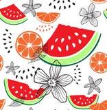 时尚热带滑稽的墙纸 无缝的样式用西瓜、桔子和花在白色背景 背景果子混合白色 免版税库存照片