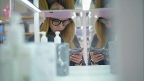 时尚玻璃的一位年轻行家女性在商店选择浴acessories 购物 股票录像