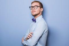 年轻时尚男性式样佩带的蝶形领结和蓝色衬衣 库存照片