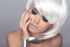 时尚白肤金发的女孩。秀丽画象妇女。白色短发。Iso 库存照片