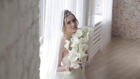 时尚白色婚礼礼服的深色的新娘与构成 影视素材