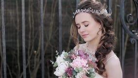 时尚白色婚礼礼服的深色的新娘与构成 股票录像