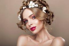 时尚秀丽有花头发的模型女孩 新娘 完善创造性组成和发型 发型 免版税库存图片
