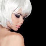 时尚秀丽画象妇女。白色短发。隔绝在Bla 免版税图库摄影