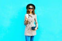 时尚秋天神色 微笑的妇女拿着咖啡杯 免版税库存照片