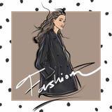 时尚穿时髦的设计师夹克的剪影女孩 皇族释放例证