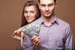 时尚美丽的夫妇家庭预算 库存图片