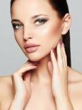 时尚美丽的女孩面孔秀丽画象  专业构成 时髦样式妇女 免版税库存图片