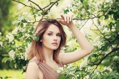 时尚美丽的式样妇女秀丽画象在春天 免版税库存照片