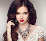 时尚耳环和项链 秀丽女孩画象 发型 免版税库存图片