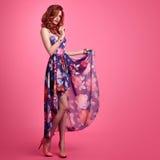 时尚肉欲的红头发人女孩 夏天花服 免版税图库摄影