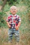 时尚走在草的男婴 图库摄影