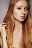时尚长的头发 美丽的白肤金发的女孩, 健康平直的发光的发型 秀丽妇女模型 光滑的发型 免版税库存照片