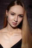 时尚长的头发 美丽的白肤金发的女孩 健康平直的发光的发型 秀丽妇女模型 光滑的发型 库存图片